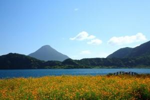 Ikeda-järvi Kuyshun eteläkärjessä. Taustalla Kaimondake-tulivuori