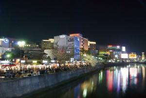 Yatai-ruokakojuja Naka-joen varrella Fukuokassa
